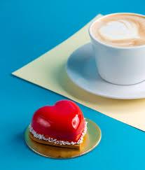 kuchen herzform mousse kuchen auf blau mit tasse kaffee