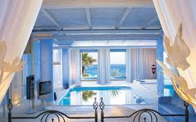chambre suite avec des suites avec piscine intérieure extérieure invitant au doux