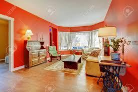 land englisch wohnzimmer inter mit alten holzmöbel rote wände parkett und teppich