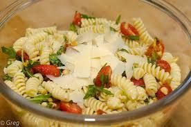 salade de pâtes froides aux tomates confites et roquette cook n roll