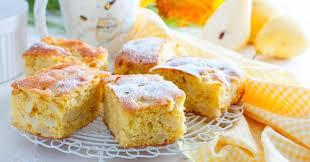 birnenkuchen vom blech mit einem belag aus pudding und schmand