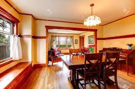 helles esszimmer mit rustikalem esstisch mit frischen blumen stühle und klavier offene wandgestaltung mit wohnzimmer
