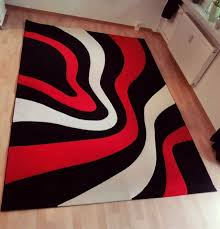 wohnzimmer teppisch rot weiß schwarz modern mit konturenschnitt