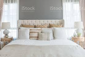 schlafzimmer in warmen hellen farben großes bequemes doppelbett im eleganten klassischen schlafzimmer zu hause stockfoto und mehr bilder