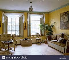 country style gelb wohnzimmer mit fenstern mit vorhängen