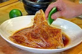 cuisiner la raie au four raie grillée sur la braise dans une feuille de bananier du miel