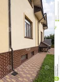 nouvelle gouttière de cuivre brune dans la maison avec le mur