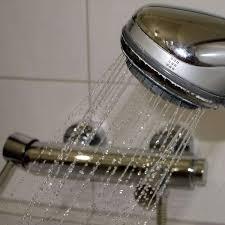 schimmel im bad entfernen diese reiniger und hausmittel