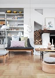 skandinavisch einrichten wohnzimmer mit bunten kissen