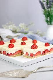 weiße schoko mousse torte mit erdbeeren
