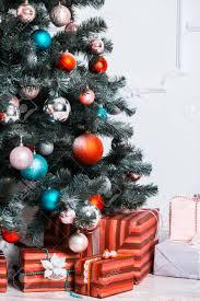 schöne weihnachten wohnzimmer mit geschmückten weihnachtsbaum und geschenke die idee für postkarten