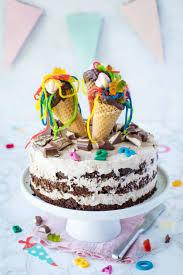schultüten torte mit prall gefüllten eiswaffeln