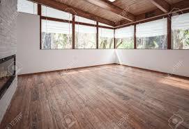 leere wohnzimmer mit kamin holzboden und decke mit balken und großen panoramafenstern 3d rendering