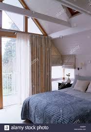 blau graue quilt in modernen loft conversion schlafzimmer