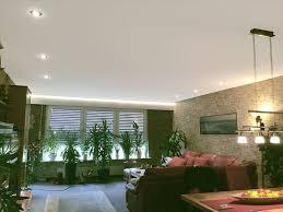 wohnzimmer mit indirekter led beleuchtung frieg spanndecken
