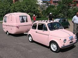 Fiat 500 In Pink Mit Wohnwagen