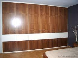 einbaukleiderschrank im schlafzimmer mit nussbaum