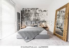 schlafzimmer mit großem holzspiegel kingsize bett mit