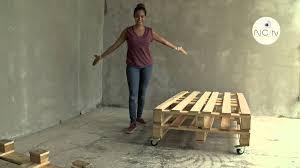 fabrication canapé palette bois nctv j ai testé pour vous fabriquer un canapé avec une palette