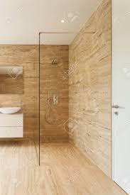 schöne moderne badezimmer mit marmorwänden