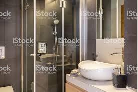 badezimmer einrichtung mit weißen keramik waschbecken und dusche kabine mit glastür echtes foto stockfoto und mehr bilder badezimmer