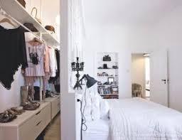 begehbarer schrank im schlafzimmer mit schwebender wand