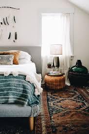 schlafzimmer im boho stil mit perserteppich in dunklen bra