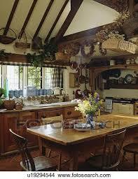 kiefer tisch und alt stühle in landhausküche mit