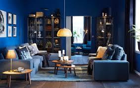 wohnidee wohnzimmer ikea preußisch blau österreich