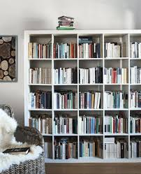 étagère kallax remplie de livres ikea regal kallax ikea