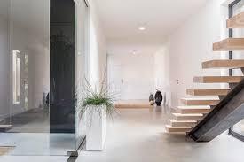 intérieur blanc de villa avec l escalier photo stock image 83553880