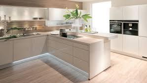 parquet de cuisine nolte cuisine alpha lack avec éclairage sous les meubles et