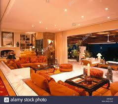 orange sofas und teppiche im wohnzimmer in großen spanische