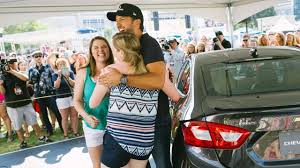 WATCH: Luke Bryan Surprises Singing Fans IN A CAR!