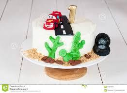 festlicher kuchen mit einem geburtstagsauto für 1 jähriges