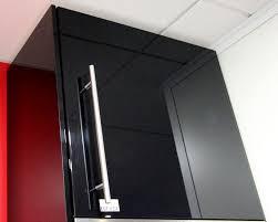 meuble haut cuisine laqué cuisine en stratifie laque et noir a poignees metalliques