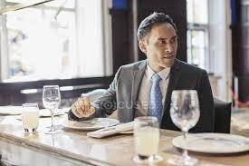 si e de bar uomo d affari che si siede al bar ristorante foto stock