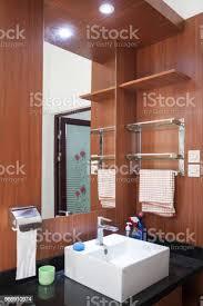 element der badezimmer interieur im haus becken weiße wanne spiegel schalter und steckdose im bad zu waschen stockfoto und mehr bilder antippen
