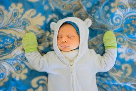 warum dein baby kalte hände hat und was du tun kannst