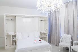 chambre baignoire balneo chambre blanche avec et baignoire balnéo photo de