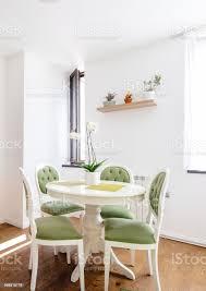 moderner küchentisch mit esszimmer stühle und holzboden hartholzfußboden stockfoto und mehr bilder architektur