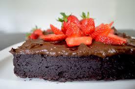 veganer schokokuchen mit erdbeer topping