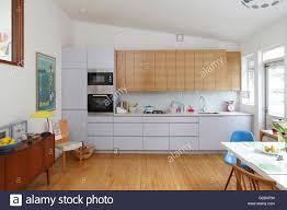 küche mit schrä decke weiß und holz küchenschränke