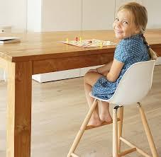 hoher kinderstuhl für die richtige höhe am esstisch hochstuhl ergonomisch modernes design weiß massivholz buche stabil pflegeleicht ab 3