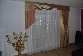 klassischer wohnzimmer vorhang mit seitenschal in braun