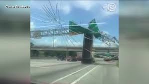 100 Crosby Trucking Big Rig Crashes Into Sign Over East Loop Sends It Crashing To The