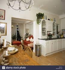 landhausstil weiße küche mit essbereich esstisch aus holz
