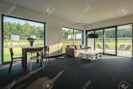 einfache wohn und esszimmer kombination geräumige inter mit fensterwand