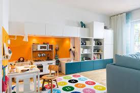 spielecke im wohnzimmer mit miniküche bild kaufen