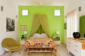 schlafzimmer mit grünem moskitonetz über bild kaufen